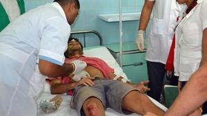 Médicos cubanos atendiendo a un paciente.