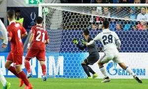 El balón lanzado por Marco Asensio se cuela por la escuadra de la portería de Sergio Rico.