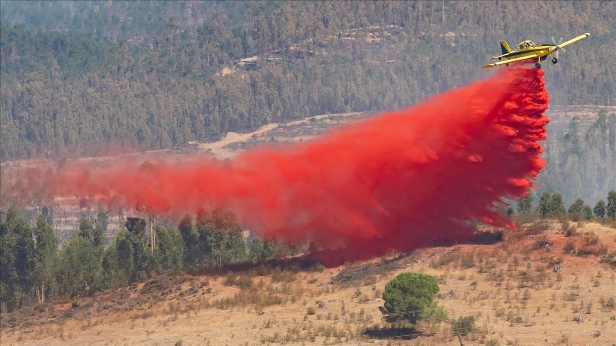 Uno de los aviones de carga, durante la extenición del incendio forestal declarado en Almonaster la Real (Huelva)