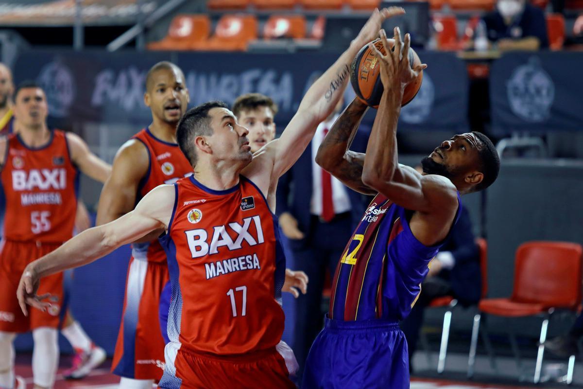 Rafa Martínez pugna con Higgins en el Nou Congost.
