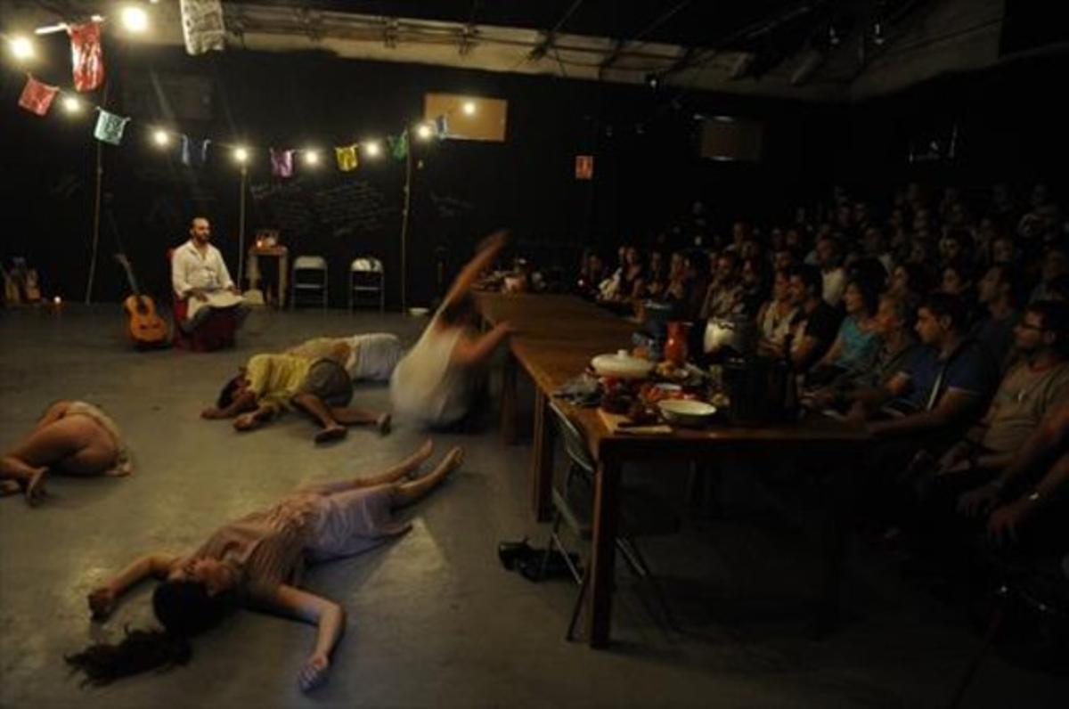 La compañía mexicana Vaca 35 recrea en FiraTàrrega el ritual de la fiesta de los muertos.
