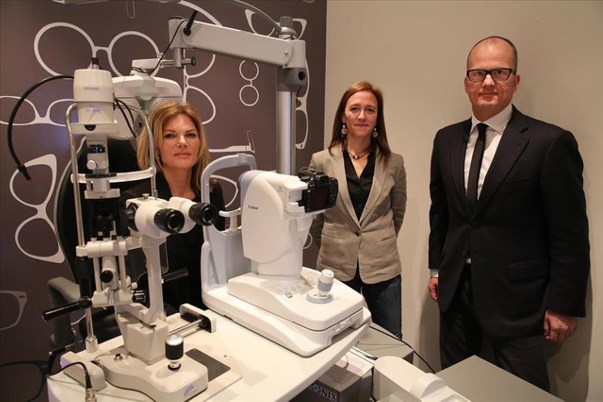 De izquierda a derecha, Núria Palau, gerente de Retinalyze en Barcelona, con los directivos daneses, Rene Asserfelt y Connie Corsixem.