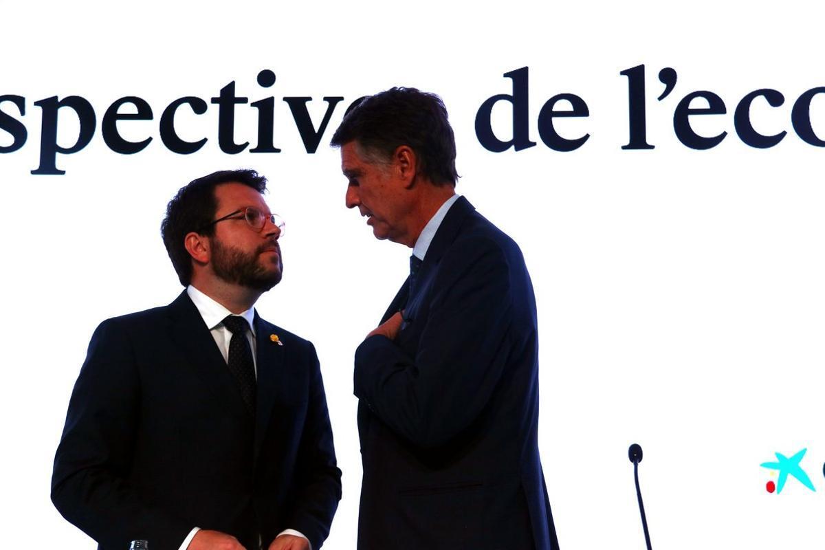 El vicepresidente de la Generalitat, Pere Aragonès (izquierda), antes de su intervención en las jornadas del Cercle d'Economia, con el consejero delegado del banco Sabadell, Jaume Guardiola.
