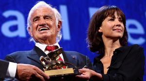 Jean-Paul Belmondo recibe el León de Oro honorífico el pasado septiembre junto ala actriz Sophie Marceau.