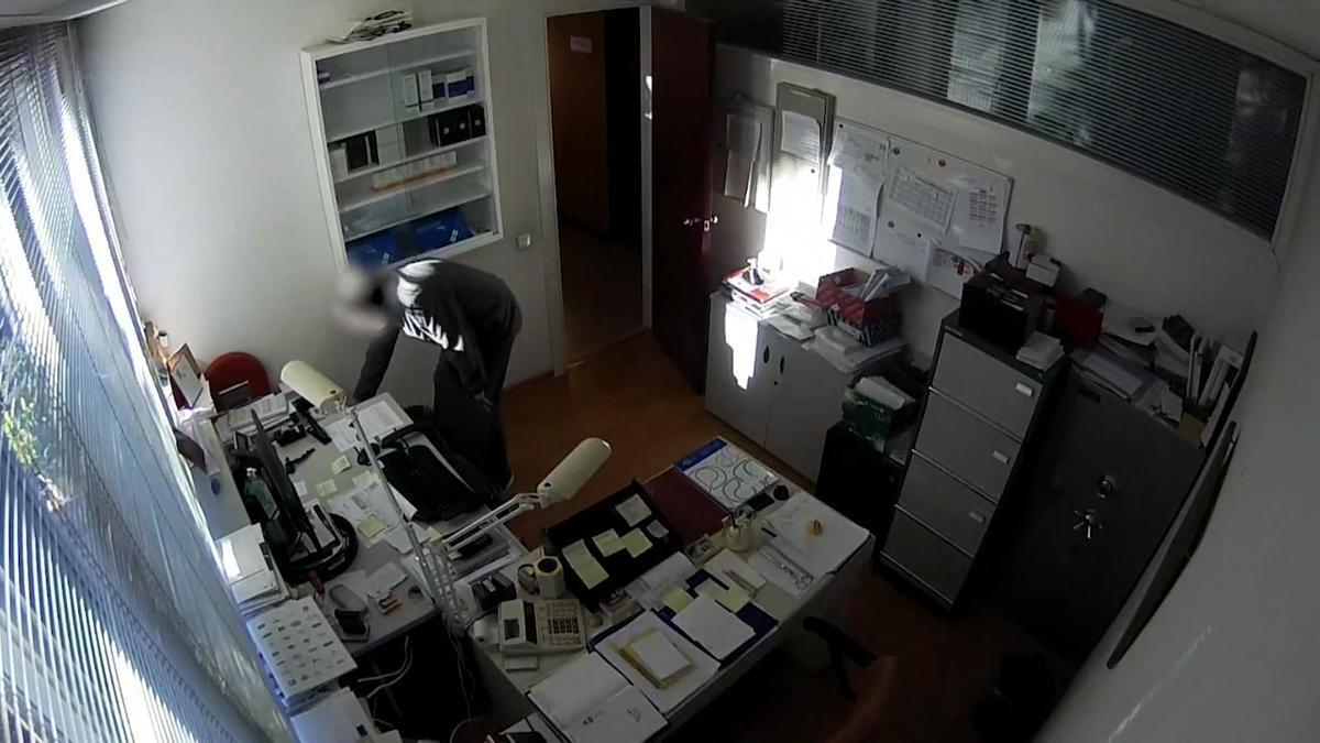 El ladrón robando en una consulta médica.