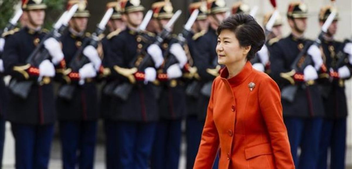 La presidenta surcoreana pasa revista a la guardia de honor francesa antes de reunirse con su homólogo francés, este lunes en París.