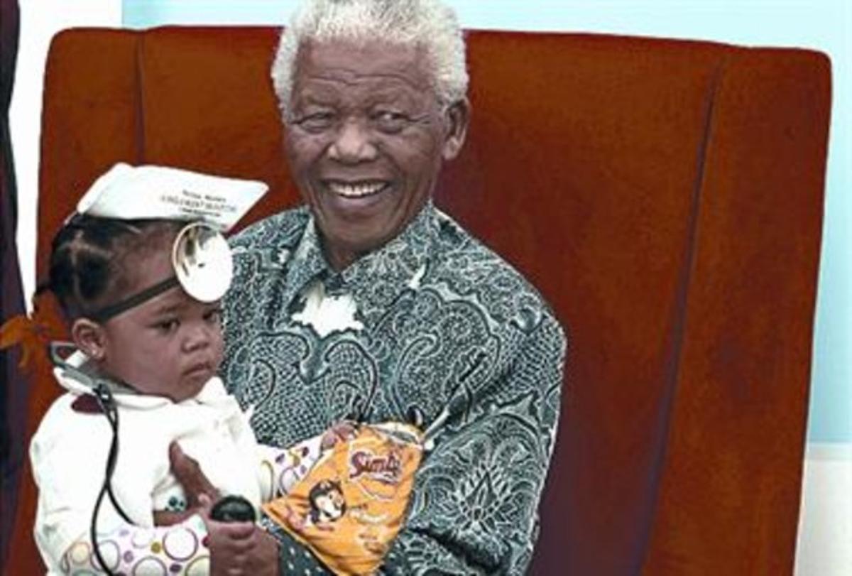 Nelson Mandela inaugura un hospital infantil en Johannesburgo