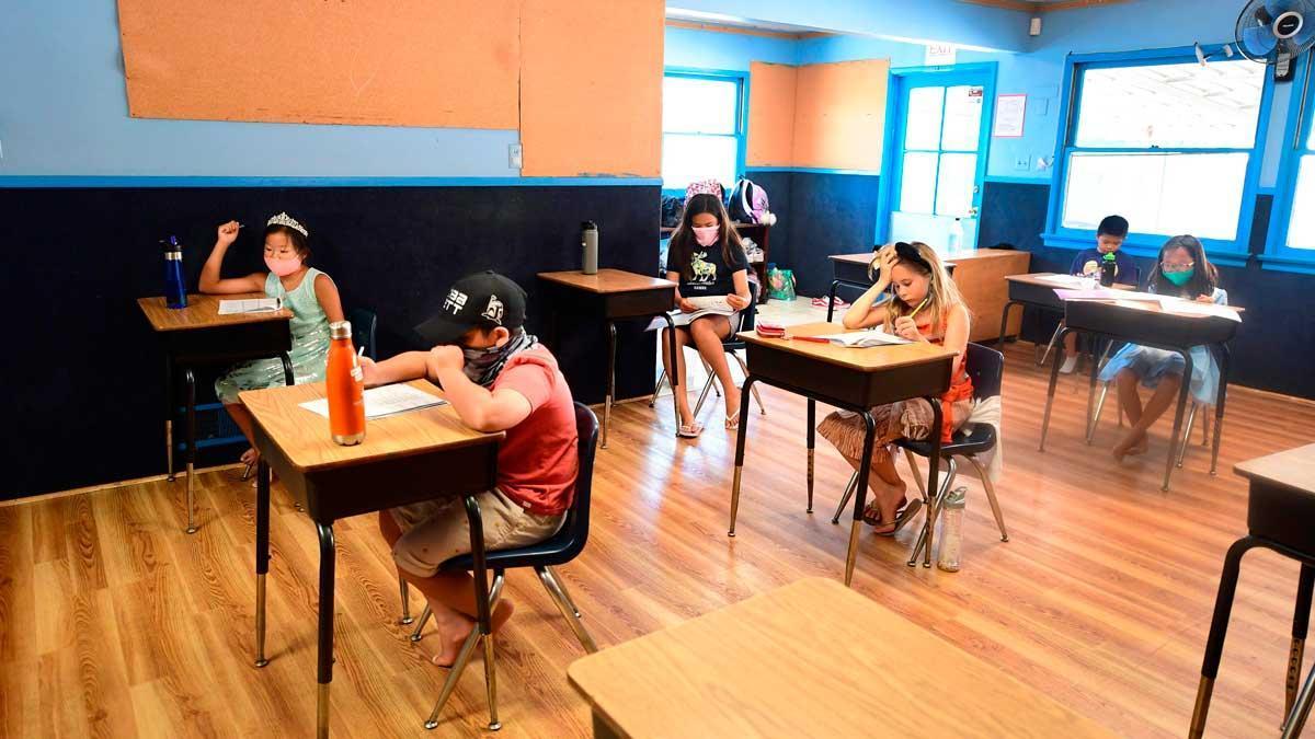 La Casa Blanca se reafirma en su decisión de reabrir las escuelas. En la foto, alumnos en una escuela de Monterey Park, California.