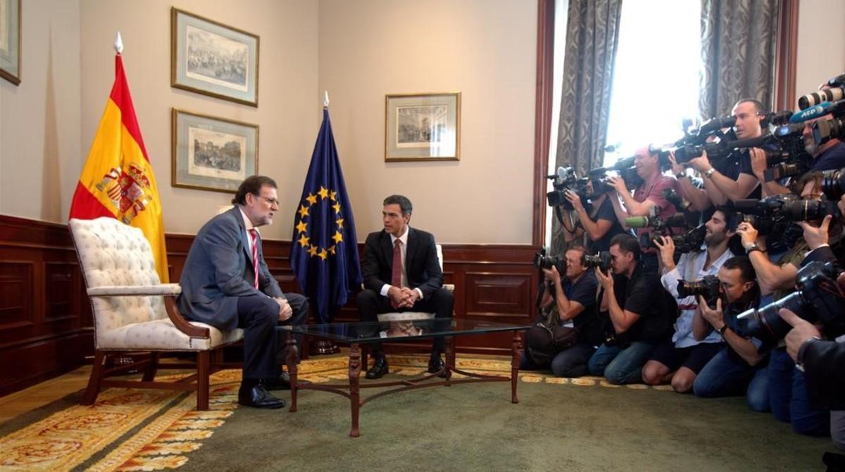 Mariano Rajoy y Pedro Sánchez durante su primera reunión tras el 26-J, en el Congreso de los Diputados.