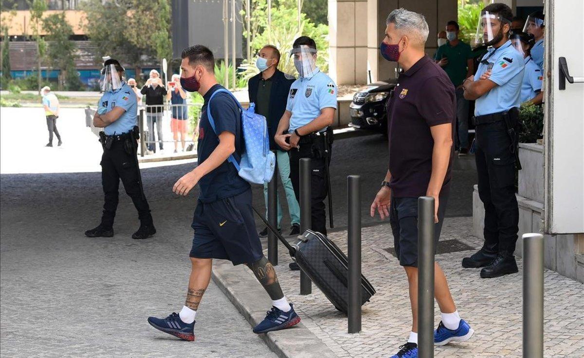 Lionel Messi abandona esta mañana el hotel de Lisboa.
