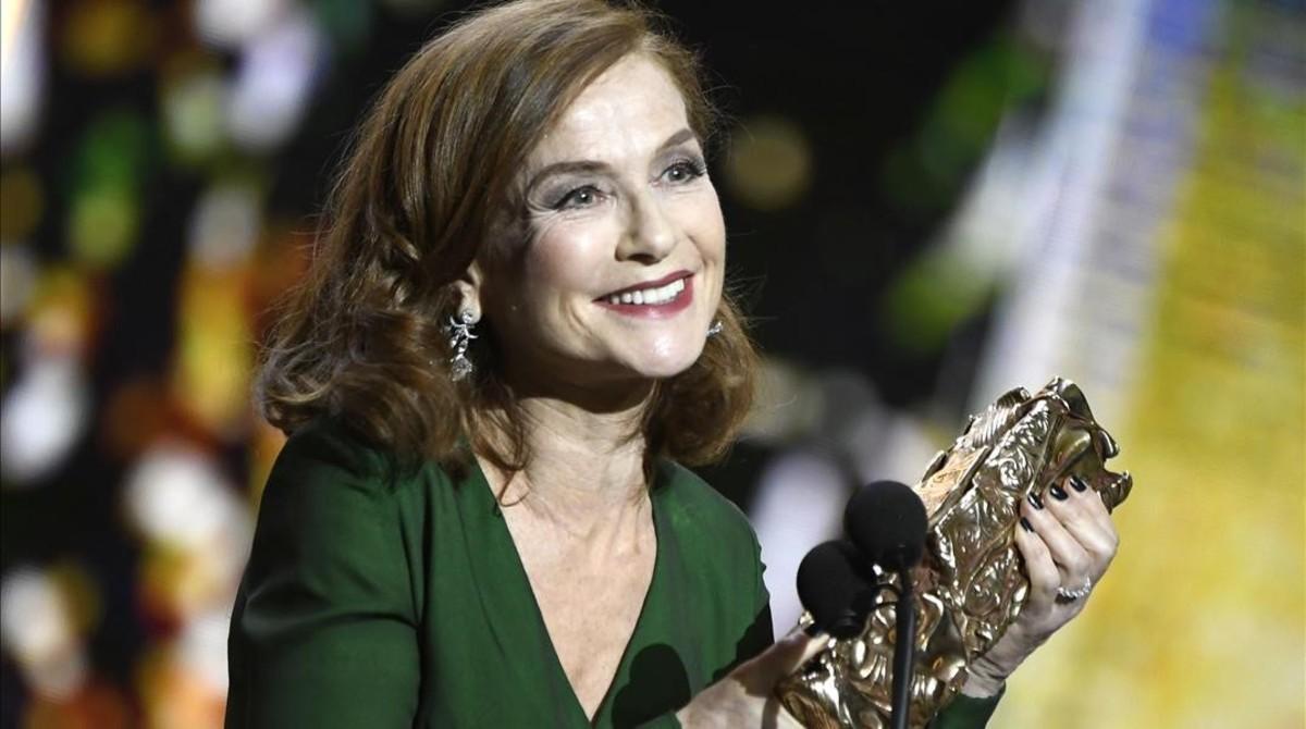 Isabelle Huppert, tras ganar el Cesar a la mejor actriz por su trabajo en 'Elle', de Paul Verhoeven.