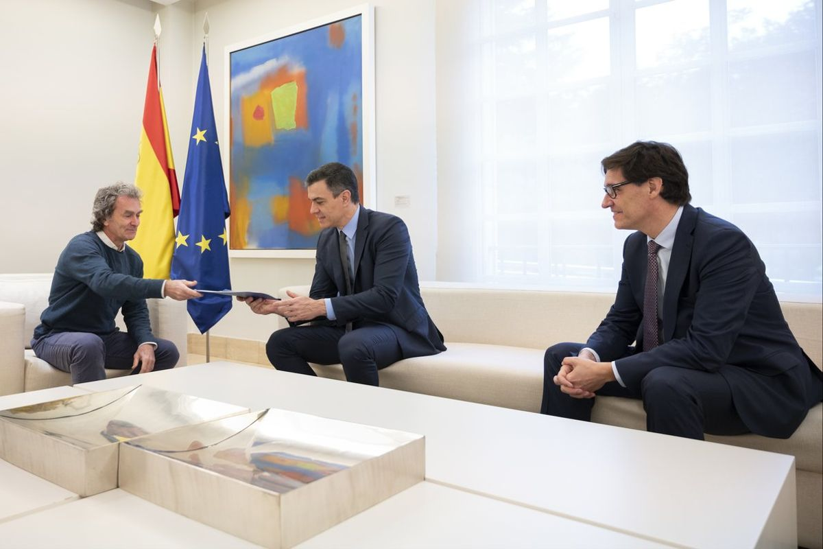 Fernando Simón entrega a Pedro Sánchez el plan de transición ante la mirada de Salvador Ila.