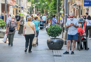 Vecinos de Rubí pasean por las calles de la ciudad con mascarilla.