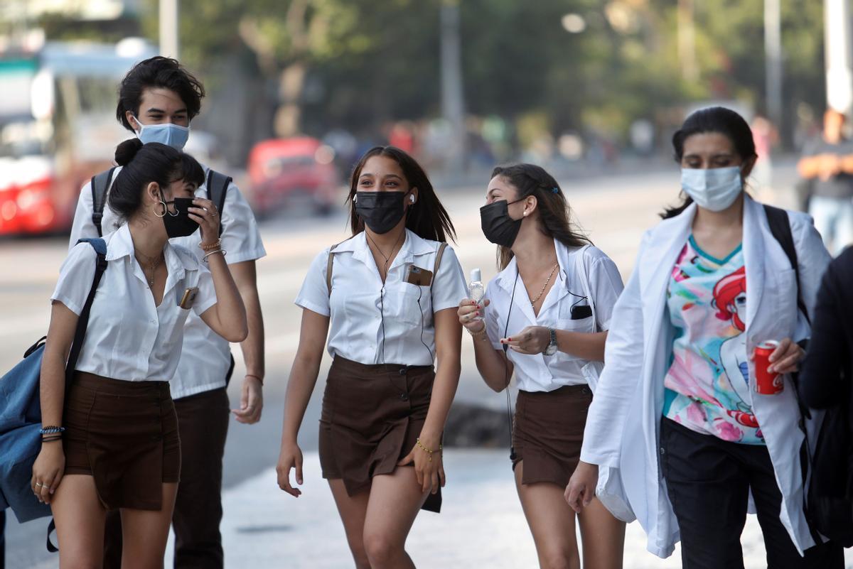Unos jóvenes caminan por La Habana.
