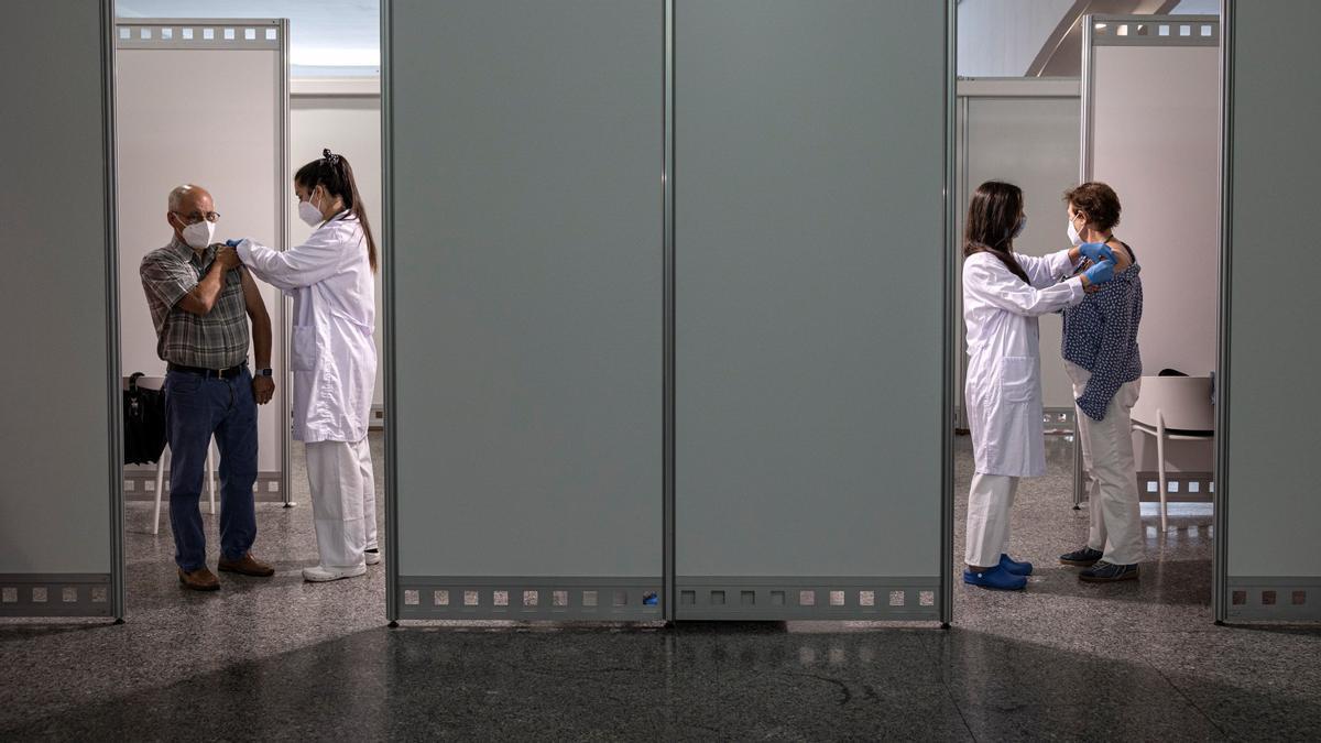 Dos personas reciben la segunda dosis de la vacuna contra el covid-10 de Pfizer en Valencia, la mañana del 1 de junio.