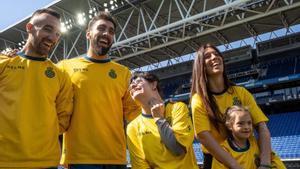 Darder, Borja Iglesias y Cristina Baudet, jugadora del primer equipo del Espanyol, junto a dos chicas con síndrome de down, este jueves en el estadio del Espanyol.