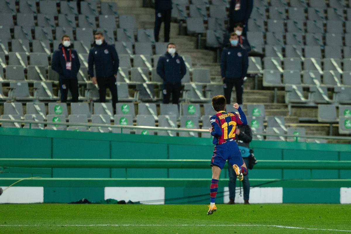 Riqui Puig celebra su gol.