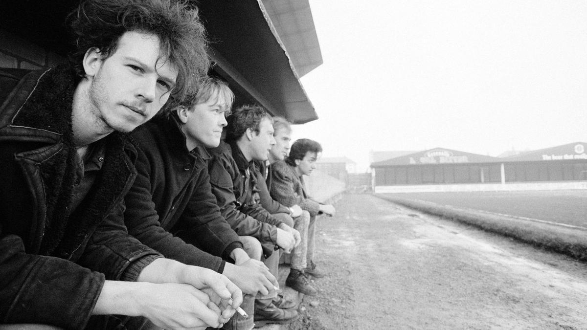 Half Man Half Biscuit (Nigel Blackwell, el primero por la izquierda), en el banquillo en los años 80.
