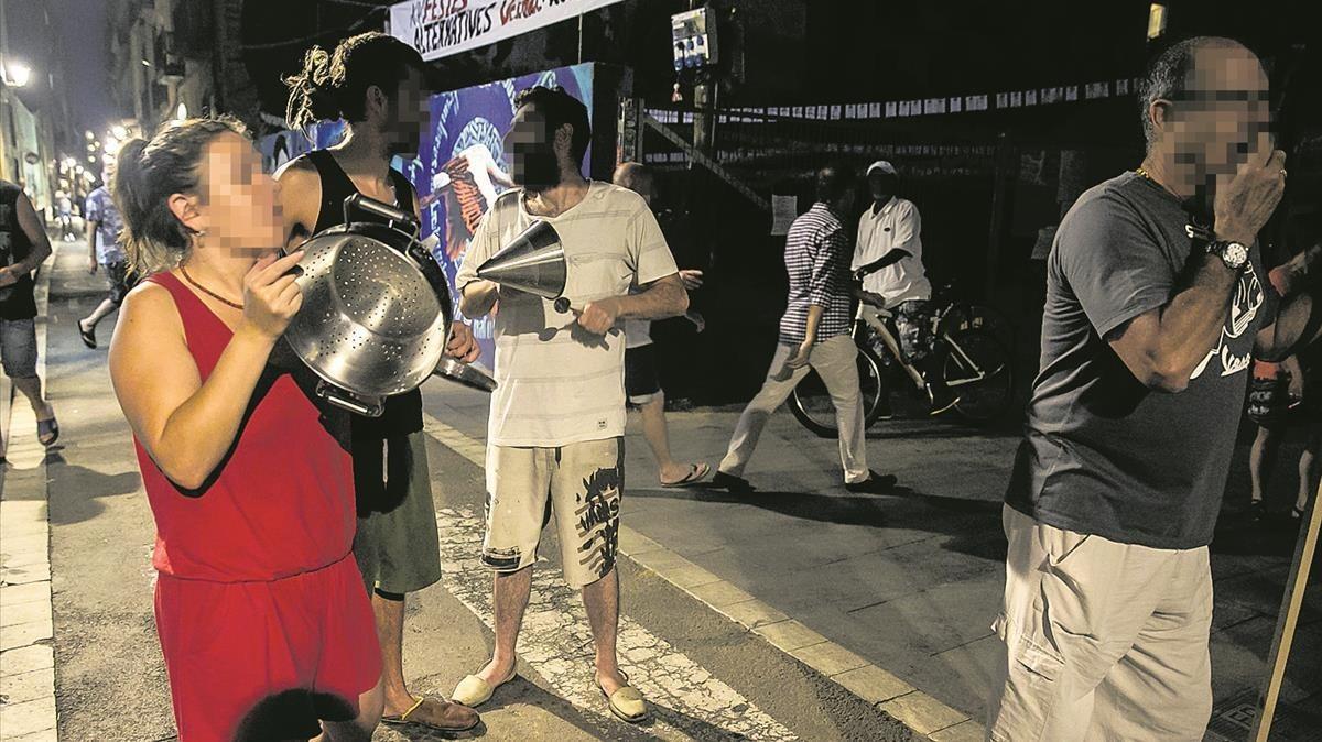 Cacerolada de protesta en la calle de la Riereta contra los bajos 'okupados' por traficantes de droga.