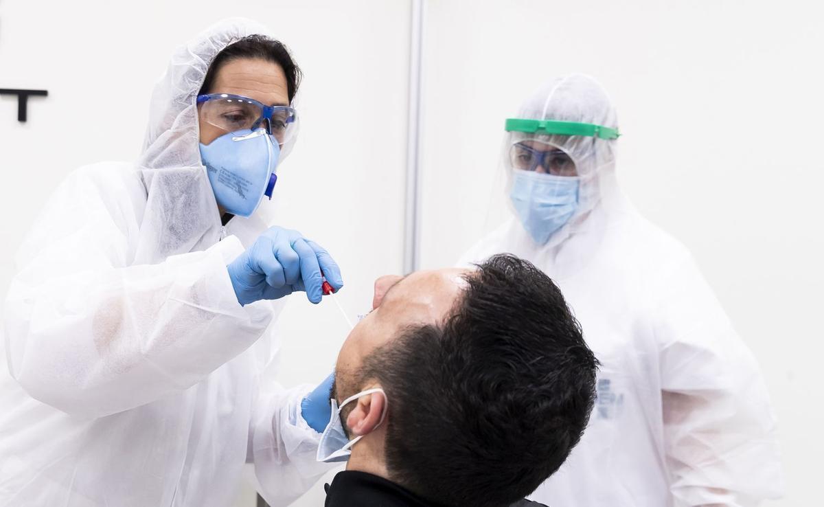 Sanitarios realizando un test PCR