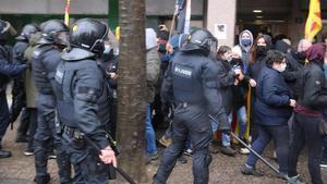 Los Mossos antes de cargar contra los manifestantes contrarios a Vox en Salt.