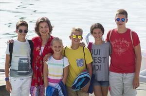 Sofía posa feliz con sus nietos