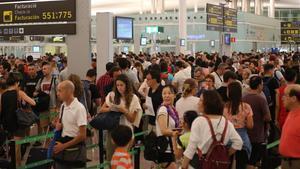 Colas en el aeropuerto de El Prat para pasar el control, en agosto el 2017.