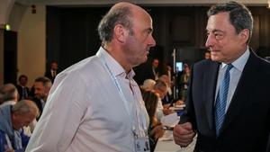 El presidente del BCE, Mario Draghi (a la derecha), con el vicepresidente,Luis de Guindos, en Sintra en junio pasado.