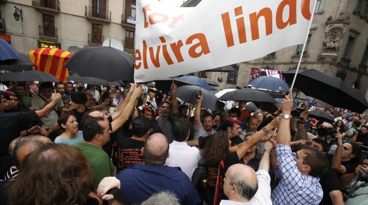 Nacionalistas con paraguas negros boicotean el pregón de la escritora Elvira Lindo en las fiestas de la Mercè del 2006.