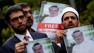 Activistas de derechos humanos y amigos del periodistadesaparecidoJamal Jashoggi protestan frente al consulado de Arabia Saudí en Estambul.
