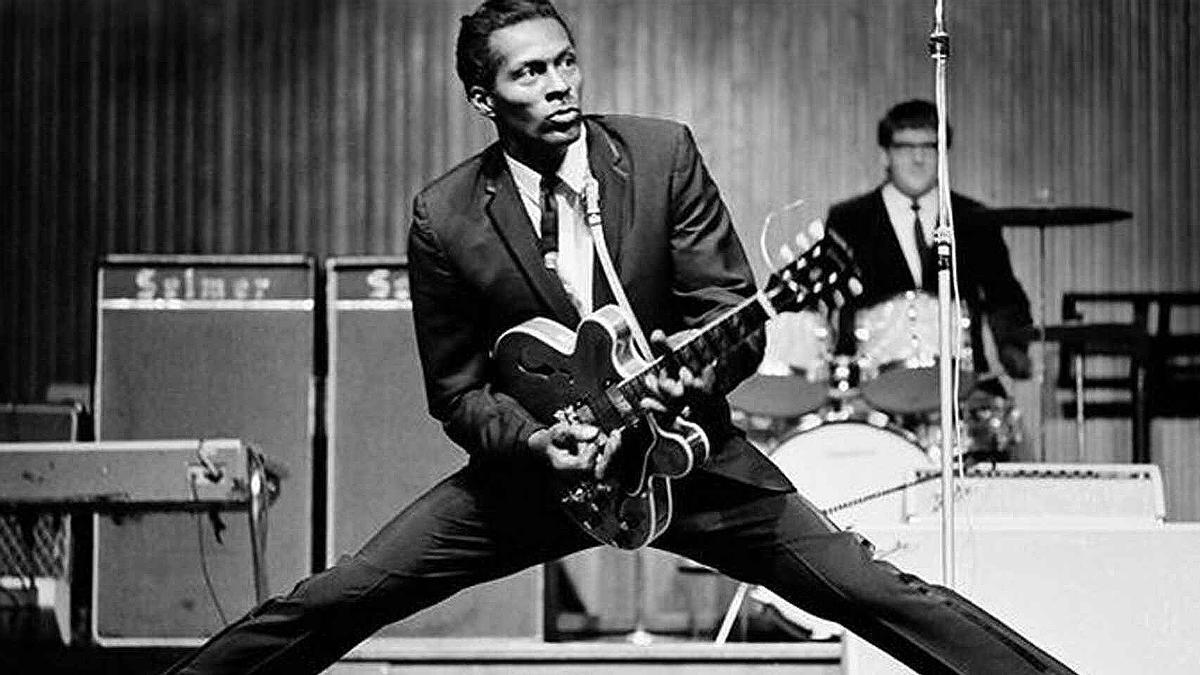 Chuck Berry, en una de sus poses icónicas.