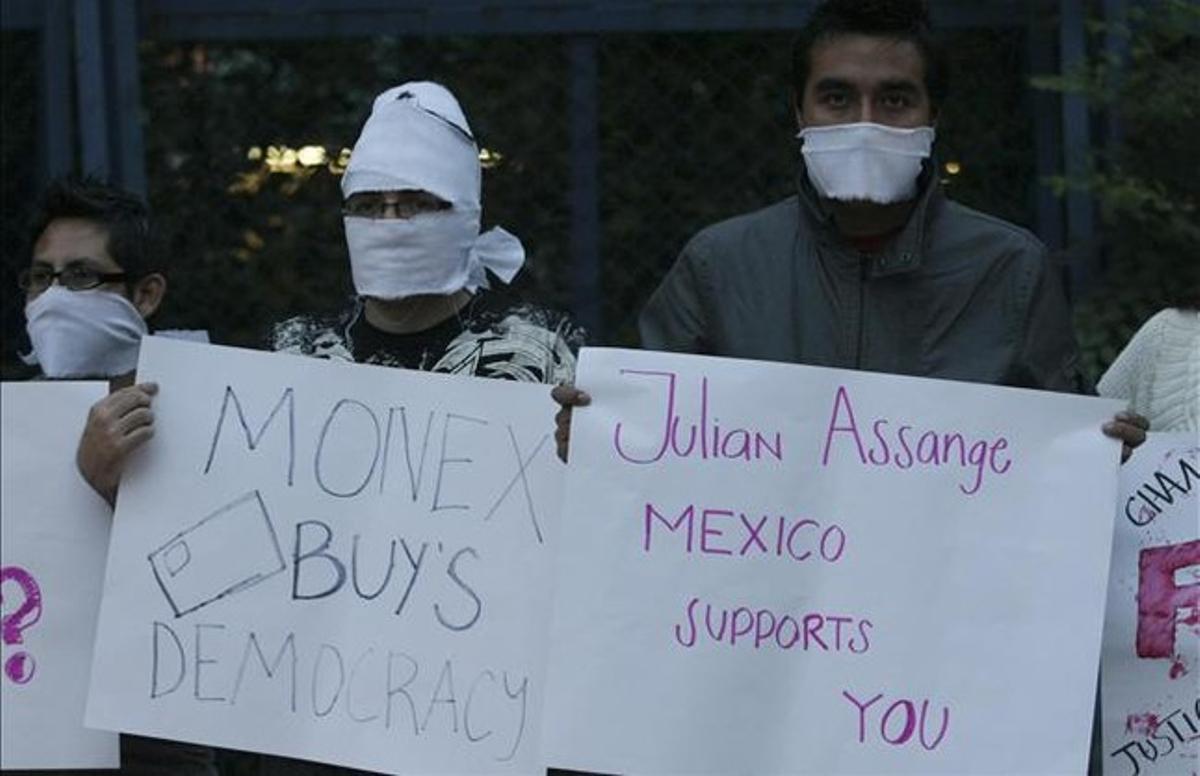 Seguidores de Assange protestan por su situación con pancartas ante la embajada de EEUU en México, el miércoles.