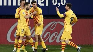 Los barcelonistas Jordi Alba y Messi (d) celebran el gol del 0-1 ante Osasuna.