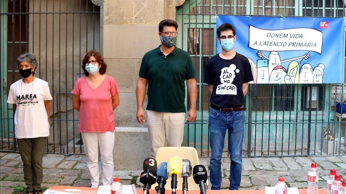 De izquierda a derecha, Trini Cuesta (Marea Blanca), Mari Luz Talavera (Focap), Juan José Montero (Rebel.lió Atenció Primària) y Carles Labranya (CAP Raval Nord).