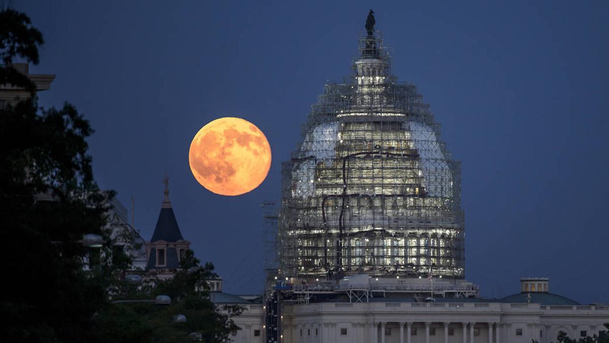 Segunda luna llena del mes de julio de 2015, o Luna azul,fotografiada cerca del Capitolio de Estados Unidos el 31 de Julio de 2015.