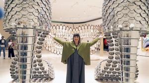 Joana Vasconcelos, junto a la obra 'Marilyn', dos colosales zapatos realizados con cazuelas.