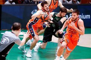 Tomic  lucha con el serbio a Kalinic, del Valencia, en una acción del partido en el Olímpic