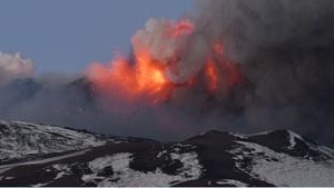 El volcán Etna entra en erupción.