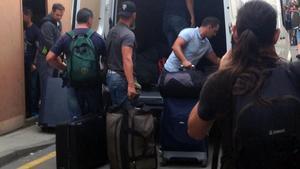 Agentes de la Guardia Civil hacen las maletas en Calella tras ser expulsados por el hotel.