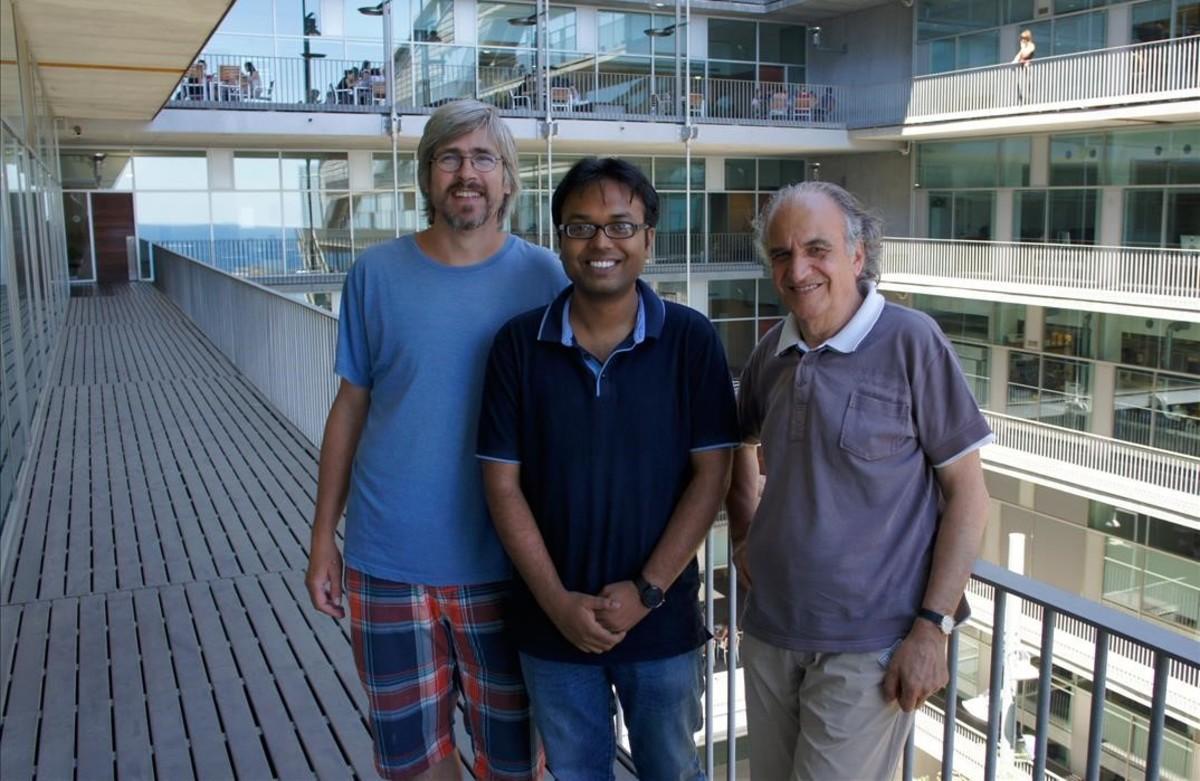 Jaume Bertranpetit (a la derecha) e investigadores del Instituto de Biologia Evolutiva (IBE) de Barcelona.