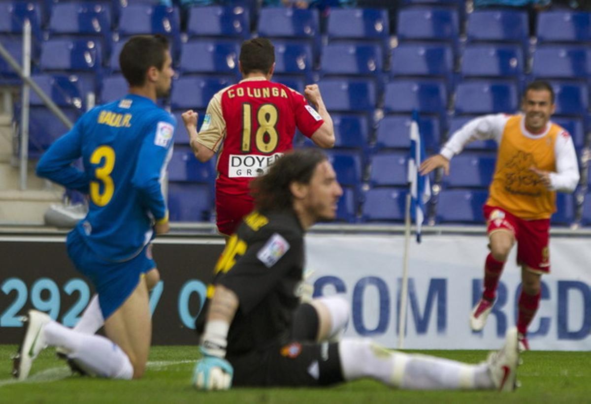 El delantero del Sporting de Gijón, el capitán Adrián Colunga, celebra su gol durante el partido que ganaron a domicilio contra el Espanyol.
