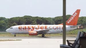Un avión de Easyjet circula por el aeropuerto del Prat.