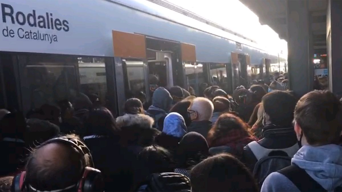 Pasajeros de la línea R-1 de Renfe, en la estación de Mataró
