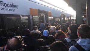 Retrasos de hasta una hora en Rodalies por la avería en un tren entre El Clot y Sant Adrià