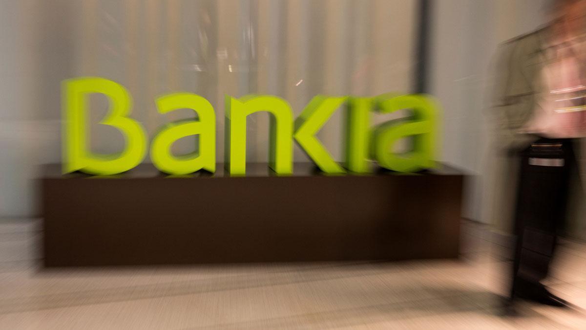 Bankia gana el 68,8% menos por las provisiones contra el coronavirus. En la foto, el logo de Bankia en una oficina de Madrid.