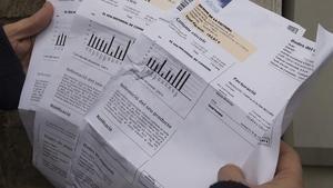 El precio de la luz vuelve a subir este martes. En la foto, facturas de electricidad.