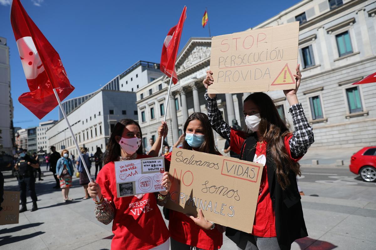 Activistas de Derecho a Vivir se manifiestan frente al Congreso en contra de la proposición de ley que prevé penalizar el acoso en las clínicas abortivas.