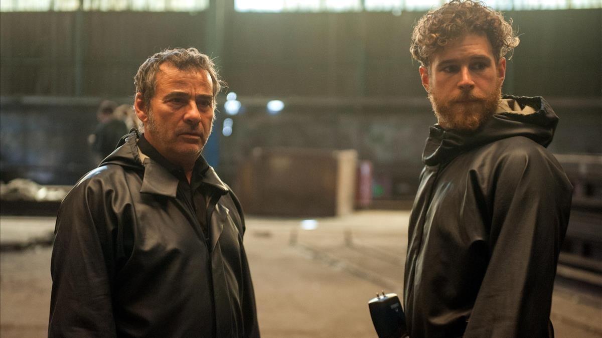Eduard Fernández (izquierda), en una escena de la serie 'La zona'.