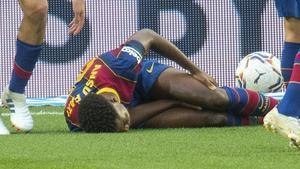 Ansu Fati se lamenta de la lesión que padeció en la rodilla izquierda ante el Betis.