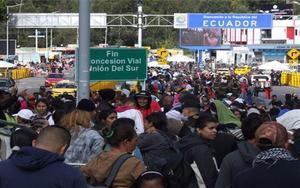 Inmigrantes venezolanos intentado entrar a Ecuador desde Colombia.